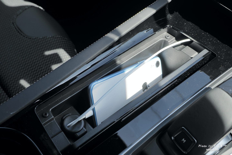 508SWのセンターポケット(iPhoneXRを入れた状態)