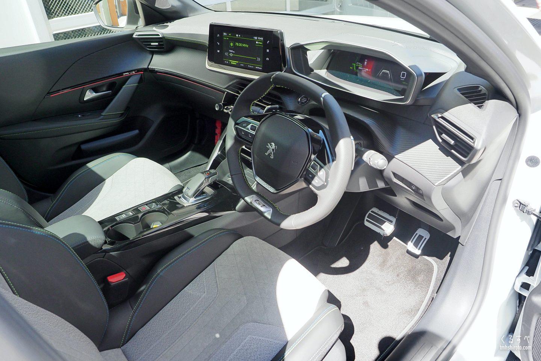 新型208 GT Lineの運転席周り全貌
