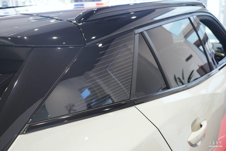SUV 2008 GT LineのCピラー周りとピアノブラック加飾されたウィンドウモール