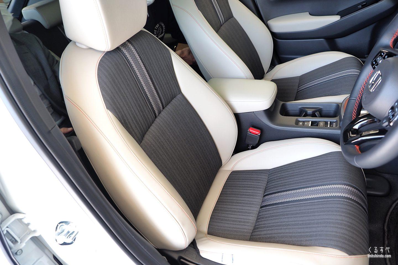 ホンダヴェゼルe:HEV PLaYのグレージュ色コンビシート(運転席・助手席)
