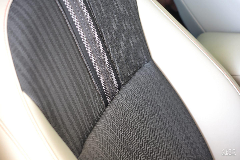 ホンダヴェゼルe:HEV PLaYのグレージュ色コンビシートの背もたれ部(運転席・助手席)