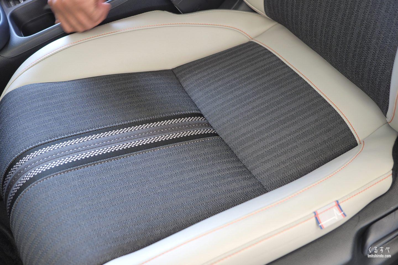 ホンダヴェゼルe:HEV PLaYのグレージュ色コンビシートの座面(運転席・助手席)