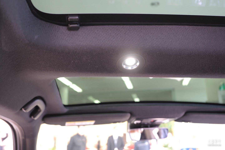 ホンダヴェゼルe:HEV PLaYの後席側ルームランプ(LED)