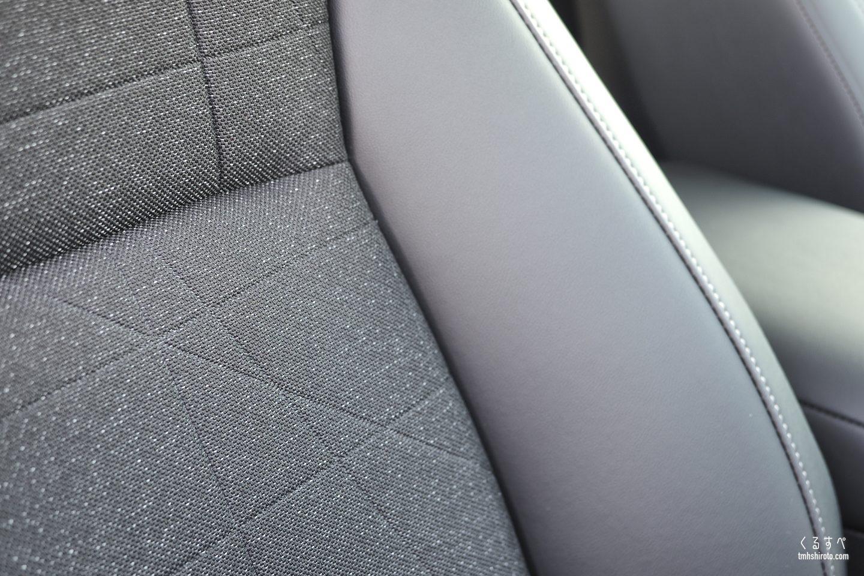 ホンダヴェゼルe:HEV Zのブラック色コンビシートの素材感(運転席・助手席)