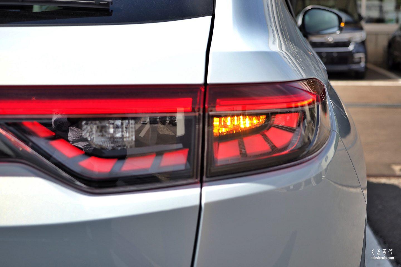 ホンダヴェゼルe:HEV Zのクリアリアコンビネーションランプ点灯状態(豆球ウィンカー点灯状態)